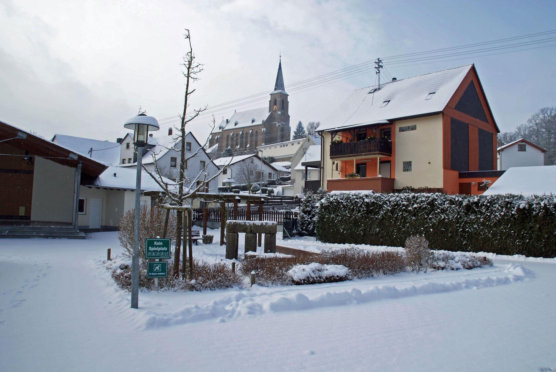 Winterlicher Dorfplatz