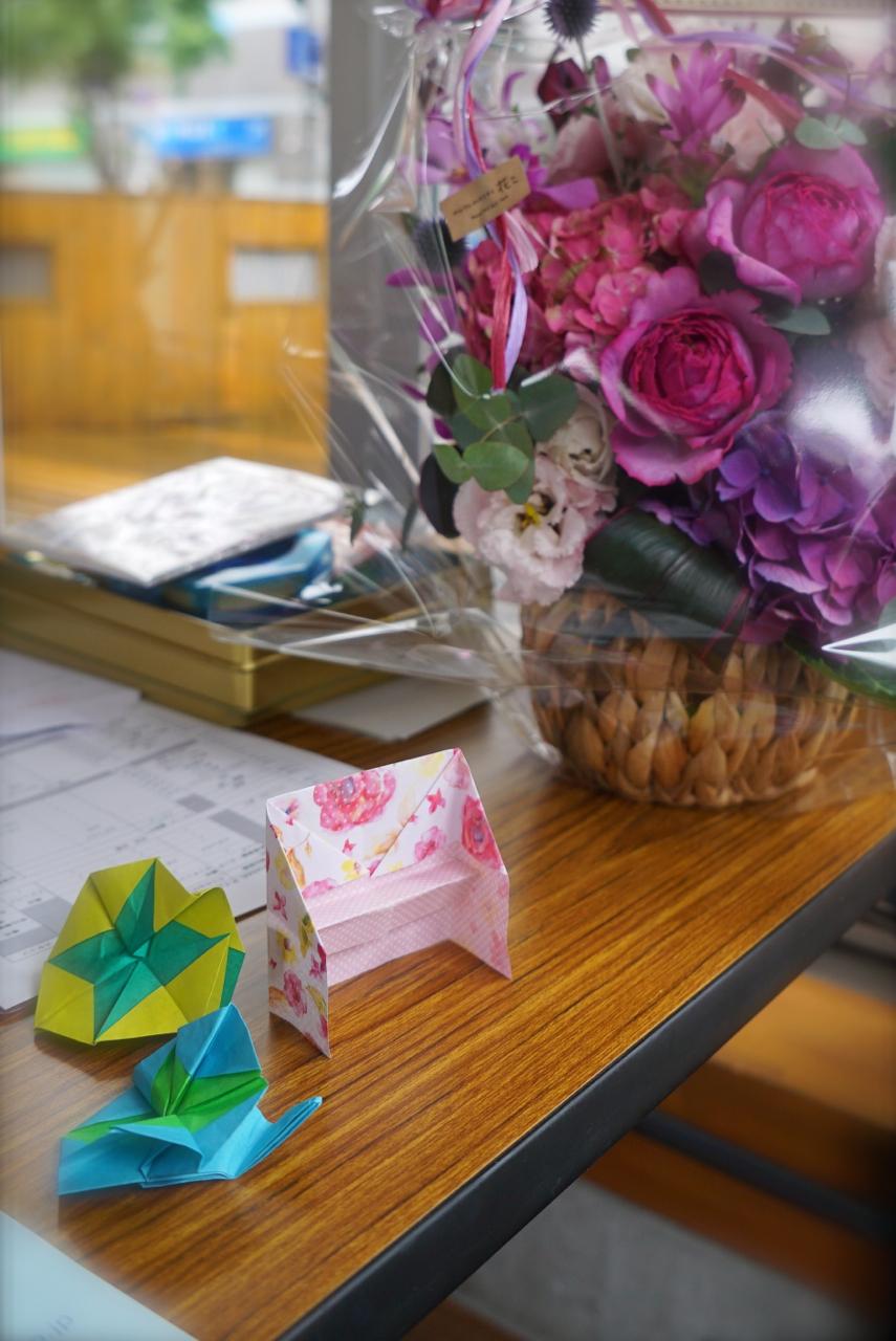 ほっとする受付 頂いたお花と折り紙