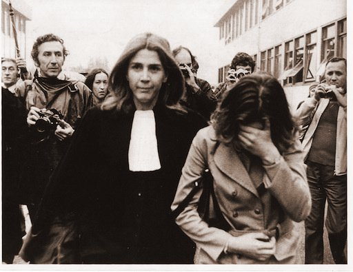 Gisèle Halimi et sa cliente. Image tirée du site 8 mars.  [CC BY-SA 2.0]. cliquez sur l'image pour visiter le site d'origine.
