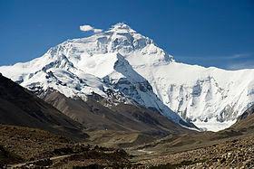Le versant Nord du mont Everest, au Tibet. By L. Galuzzi/wikicommons [CC BY-SA 3.0] Aux pieds du photographe, on trouve une végétation rase sur un sol rocailleux. Sur les sommets, c'est l'étage nival, formé de rochers et de neiges persistantes.