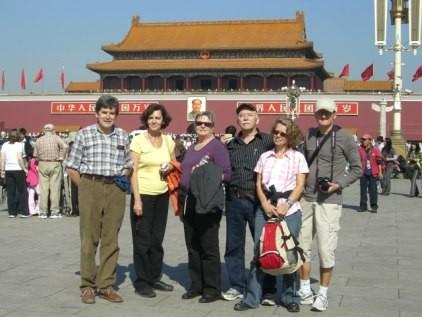 Peking: Die SELC-Gruppe nach 10-tägiger Reise in Peking eingetroffen: Tian'anmen-Platz vor dem Kaiserpalast. von links: Stefan Hausherr, Marianne Kalt, Käthy Burch, Josef Burch