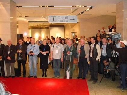 Künstler von links nach rechts: Martin Baeyens, Igor Piacka, Jiri Brazda, Natalija Cernetsova, Martin Manojlin, Peter Ford, Vladimir Suchanek und Peter Lazarov. Es fehlen Evgeny Bortnikov und Hasip Pektas.