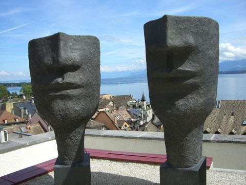 Skulpturen vor dem Schloss.