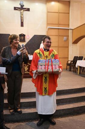 Auch Pfarrer Michael Bauer bekam  ein Präsent