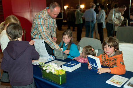 Es gab natürlich wieder ein leckeres Buffet und die Kinder haben den Informationstisch mit Festschriften, Gemeindebriefen und dem Verkauf von Kinderbibelkalendern organisiert.