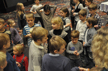 Sammlung zum Kindergottesdienst, der von Martin Plewa geleitet wurde.