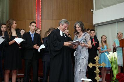 Die Eltern bedanken sich bei Pastor Kruse mit einem Buch über Shanghai