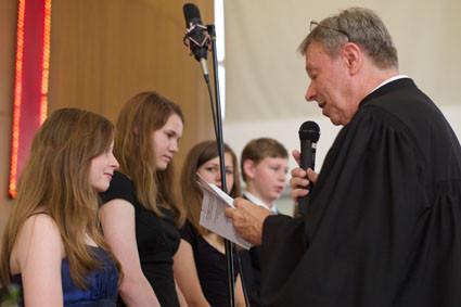 Pastor Peter Kruse segnet die Konfirmanden