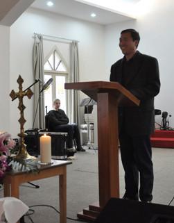Zur Eröffnung heißt uns Pfarrer Gong wilkommen.