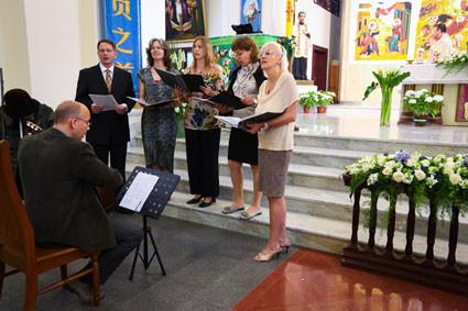 Für die musikalische Begleitung sorgte der Chor der DCGS mit Henrik Köhle