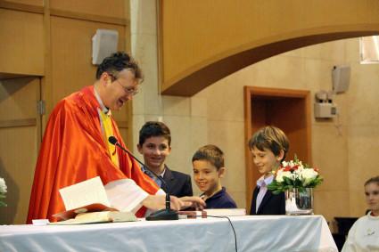 Die Kommunionkinder brachten ihre Geschenke zur Segnung mit, denn heute war nicht nur die Firmung sondern auch der Dankgottesdienst für die Erstkommunion