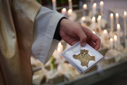 Als Andenken bekamen die Kommunionkinder ein Kreuz und eine Urkunde überreicht.