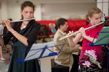 Sina Scholz  und Jesler van Houdt tragen ein Instrumentalstück vor