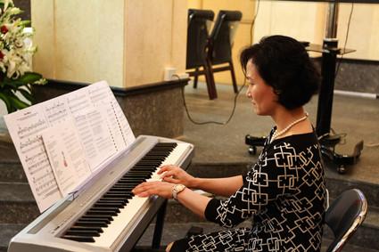 Sofie Park begleitete den Sologesang von Madeline Theobald
