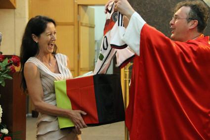 Die Firmanden hatten auch ein besonderes Geschenk für Michael Bauer passend zur Fußball-WM 2014