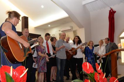 """Zur Überraschung für die Konfirmanden haben die Eltern das Lied """"Du bist Du"""" für sie gesungen mit Frau Skuhr an der Gitarre."""