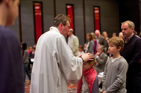 Nachdem die Kinder aus dem Kindergottesdienst wiedergekommen waren, bekam jeder der wollte einen Segen mit Handauflegung.