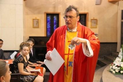 Alle Firmlinge bekamen als Andenken ein Kreuz von Pfarrer Michael Bauer geschenkt