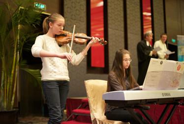 Anne Mehrländer und Eva Töpper sorgten für die musikalische Begleitung