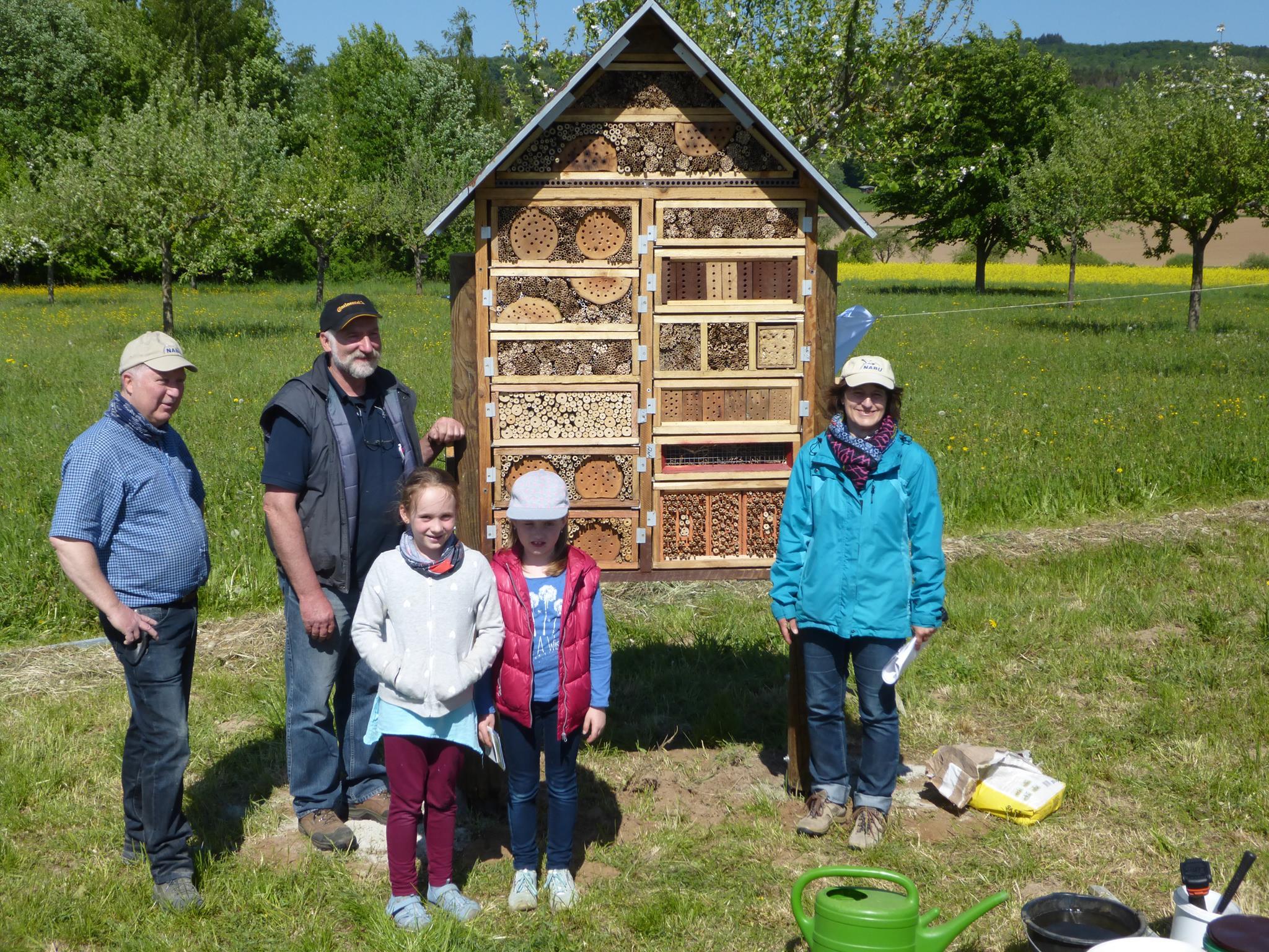 Das selbst gebaute Insektenhaus wurde von den Naturschützern aufgestellt