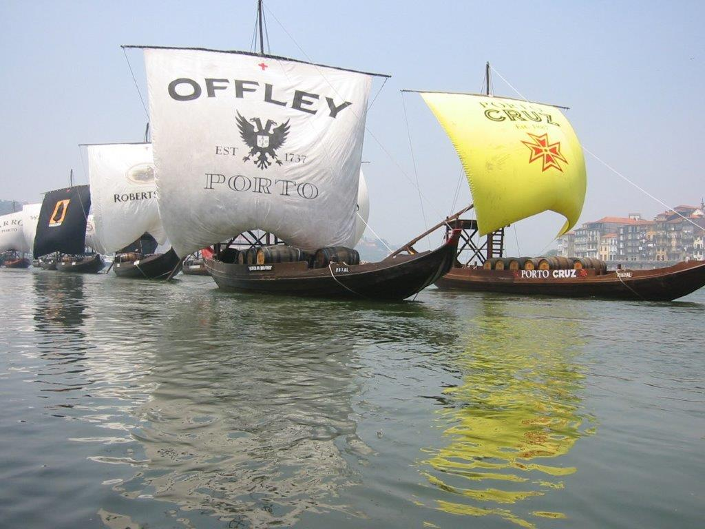Die Rabelos der einzelnen Portweinkellereien...Rabelo ist der Name eines Bootstyps, der in Portugal zum Transport von Weinfässern verwendet wurde.