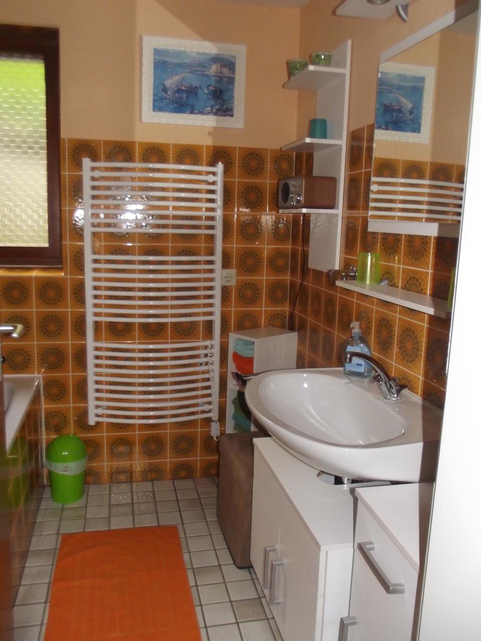 Hauptwohnung Parterre: Bad/Waschplatz
