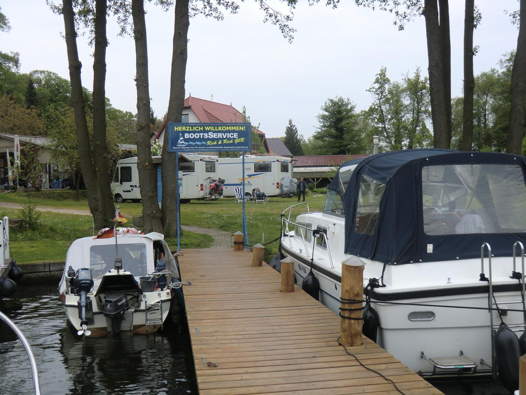 Hier gibt es auch einen kleinen Bootshafen