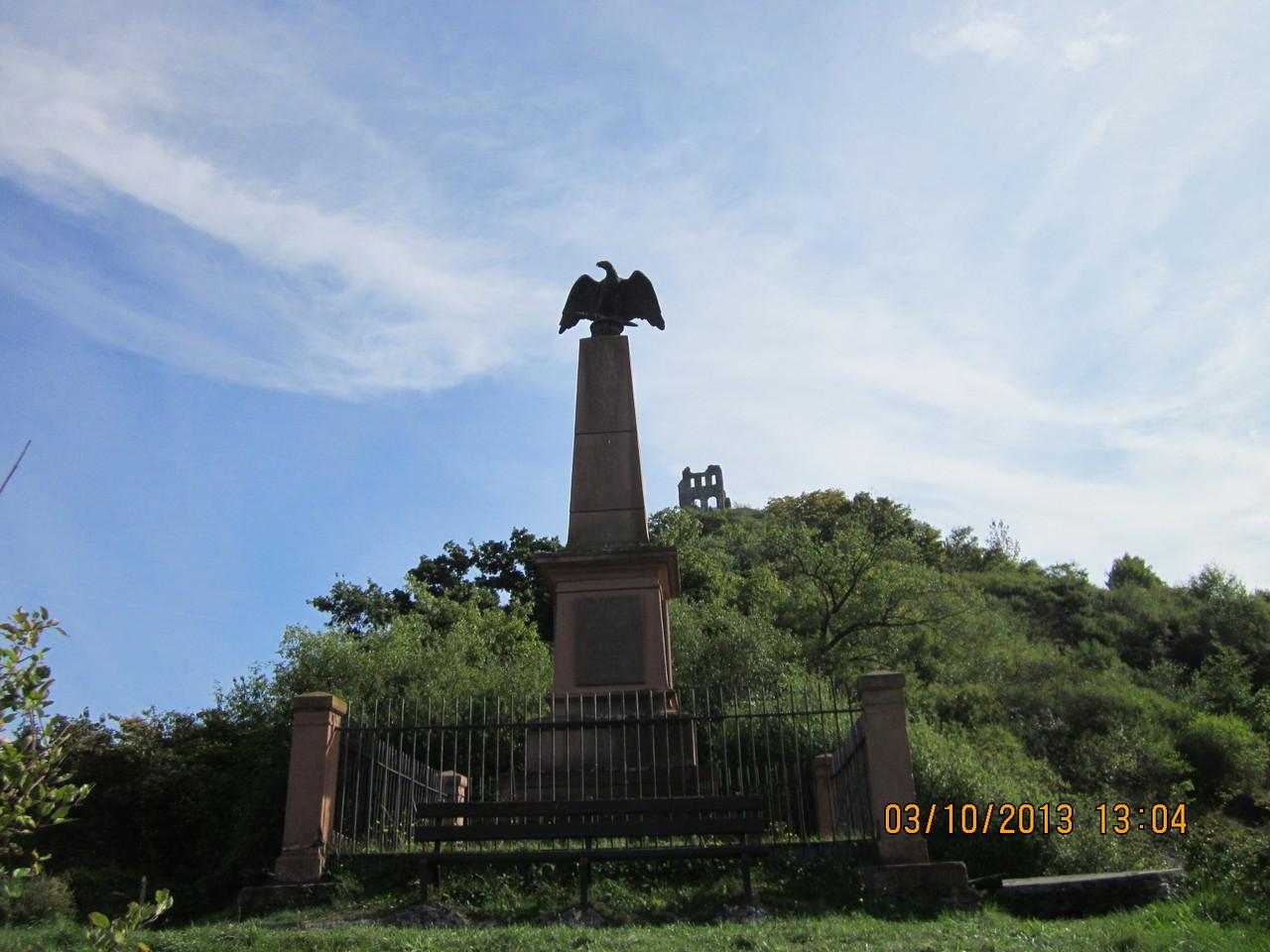 Kriegerdenkmal unterhalb der Ruine