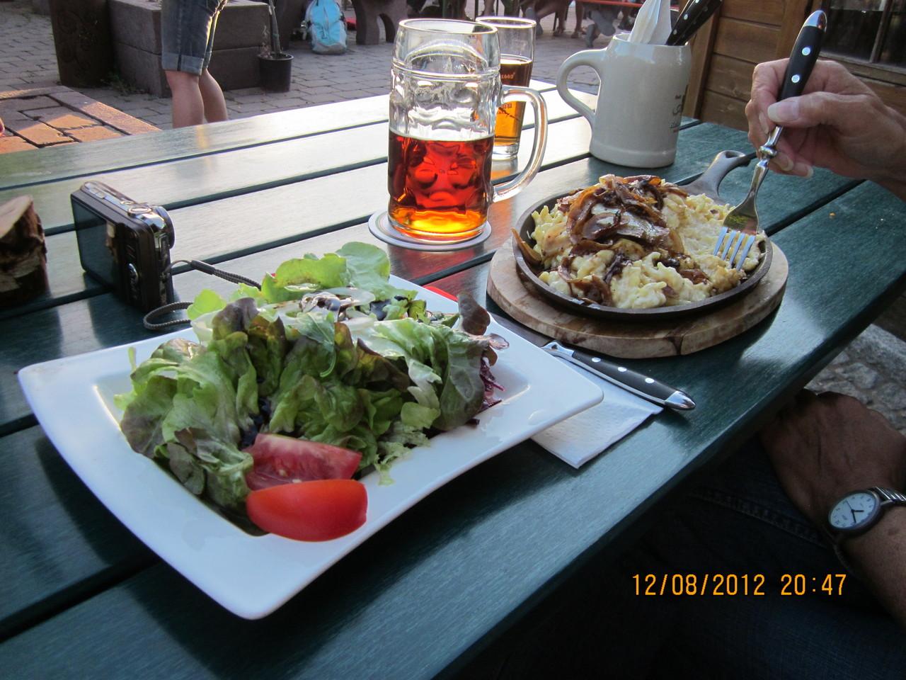 gut speisen und ein kleines Bierchen genießen