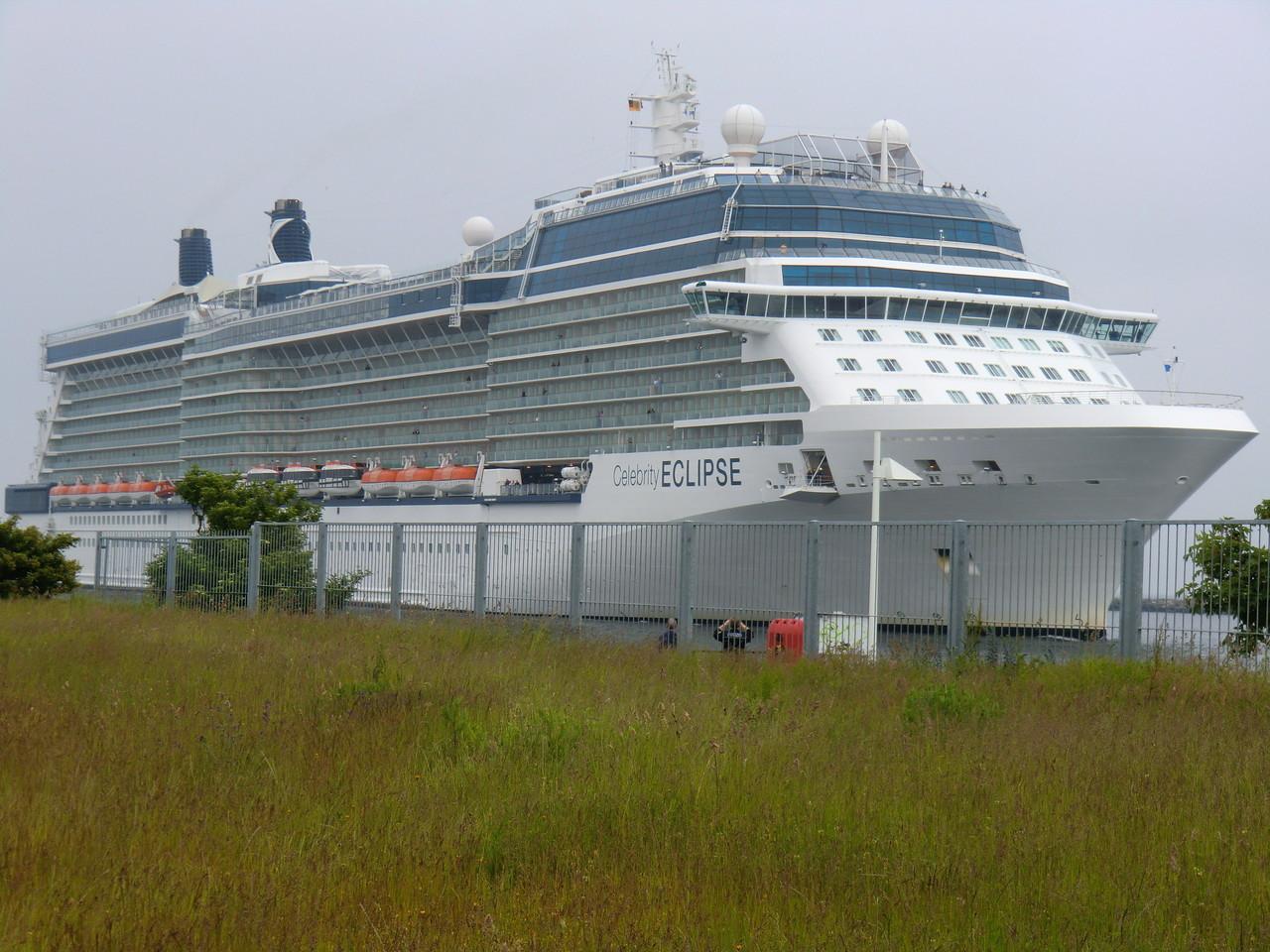 die Celebrity Eclipse, das größte Kreuzfahrtschiff das eingelaufen ist