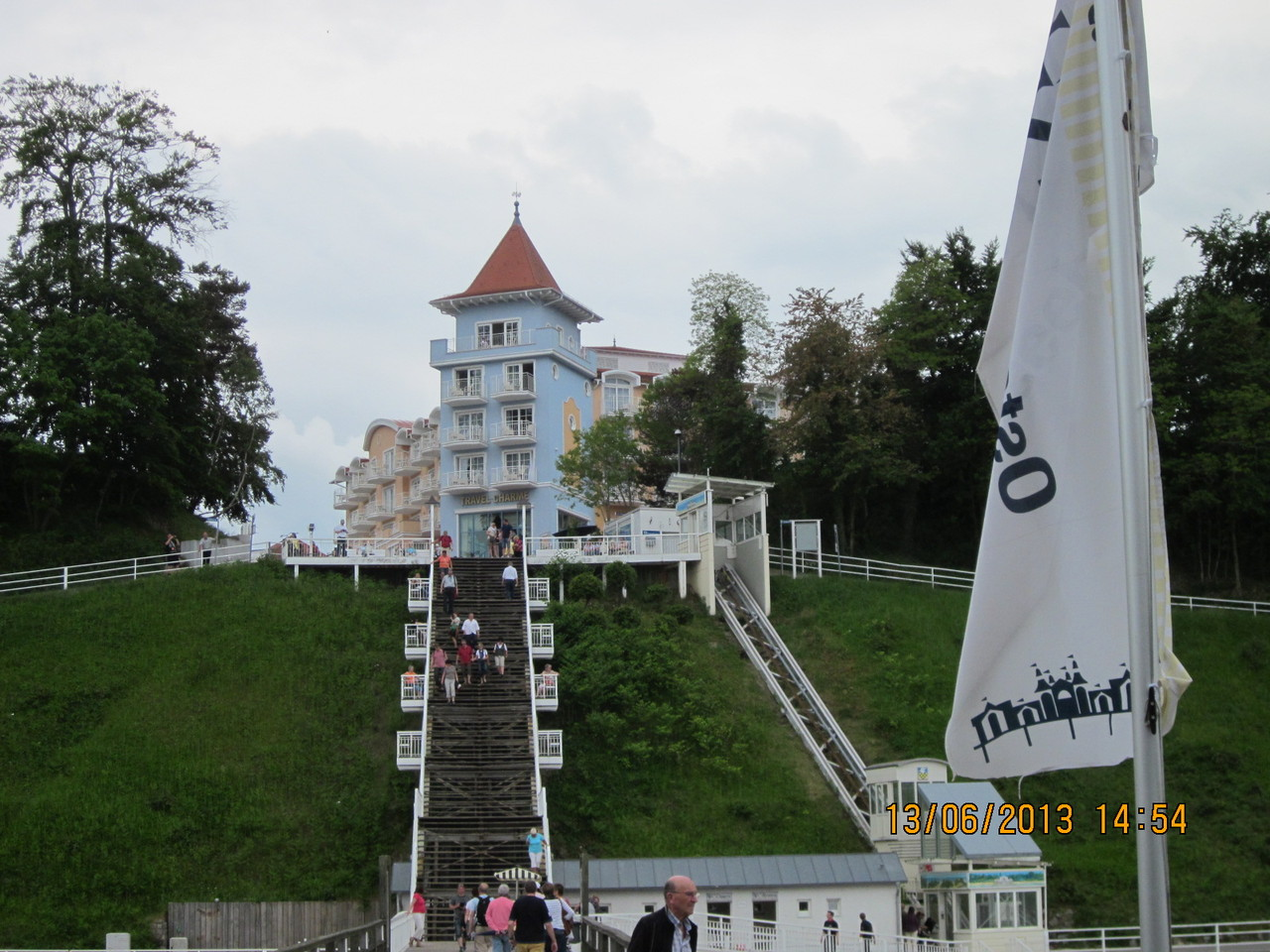 die steile Treppe hinauf zur 30 m hohen Steilküste