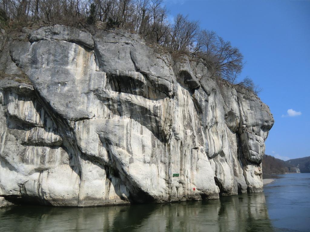 vorbei an massigen Felsen