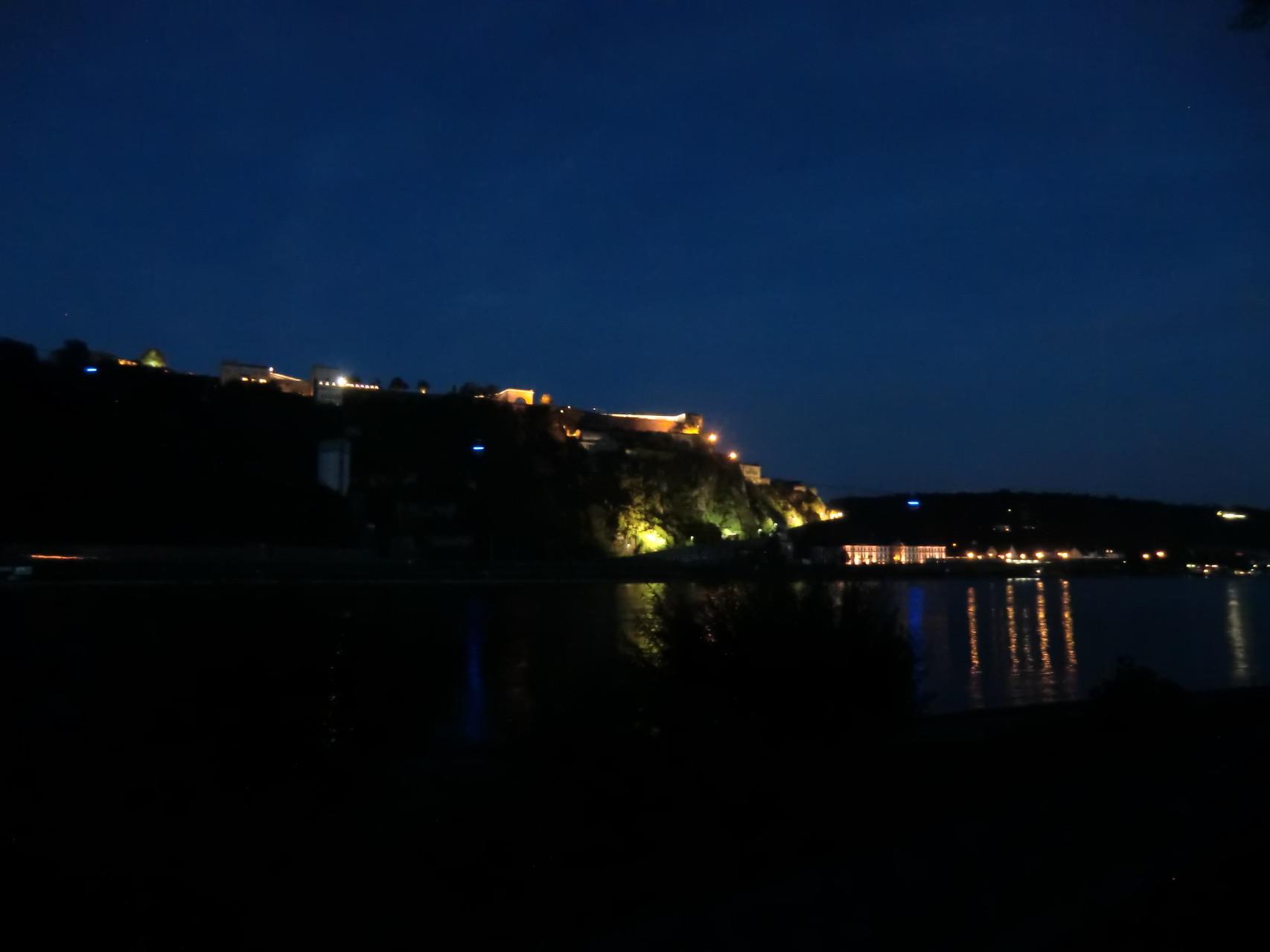 Festung und Rhein bei Nacht
