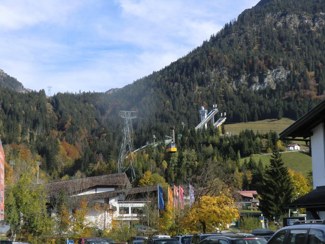Nebelhornbahn und Sprungschanze im Hintergrund