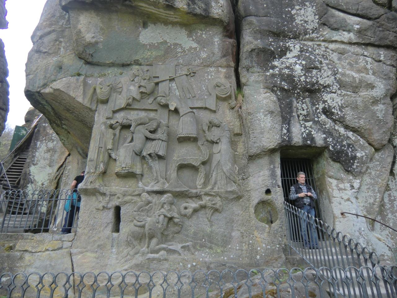 im Felsen sind alte Grotten