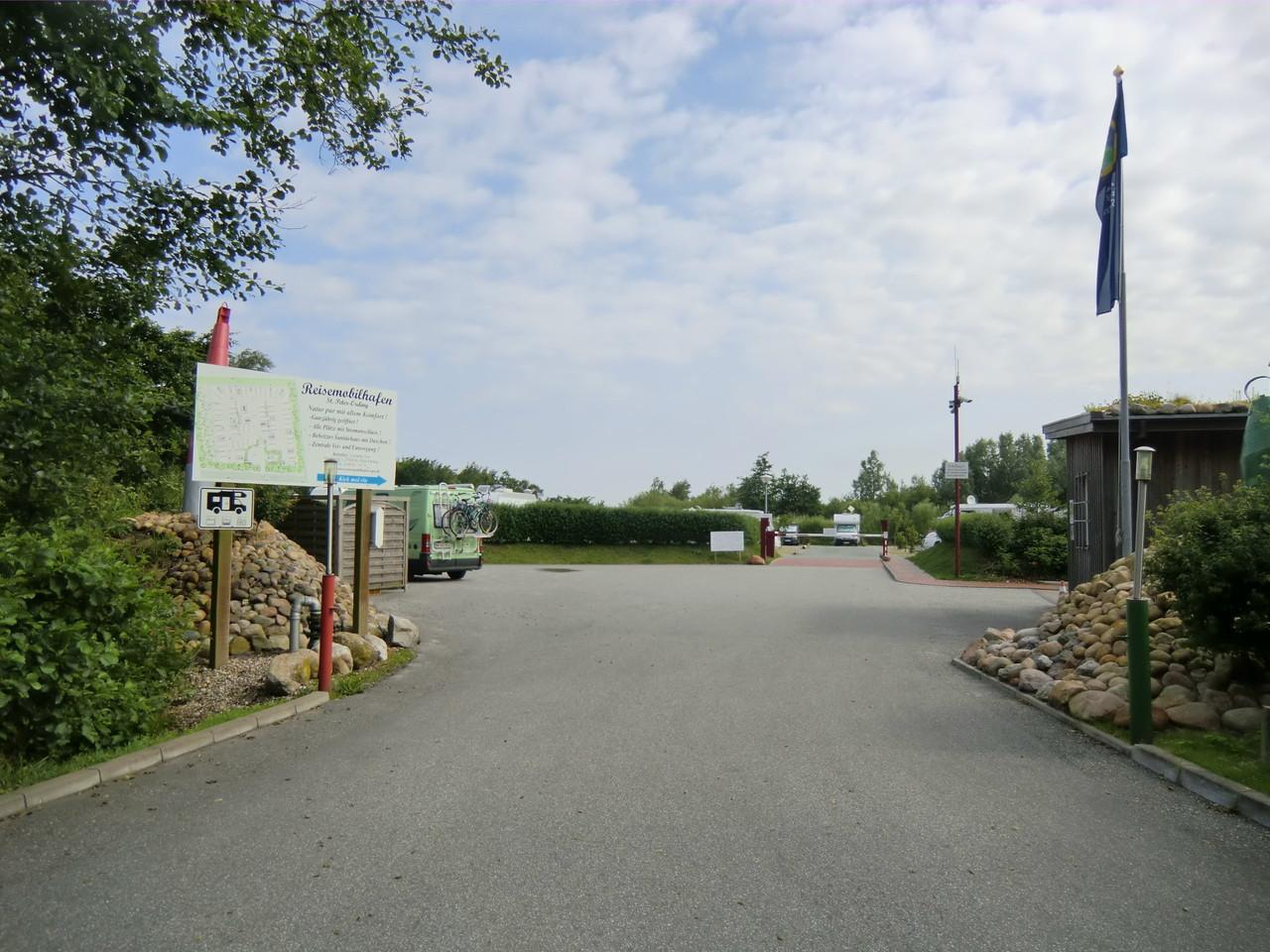 Einfahrt zum WoMo-Stellplatz Ketelskoog in SPO