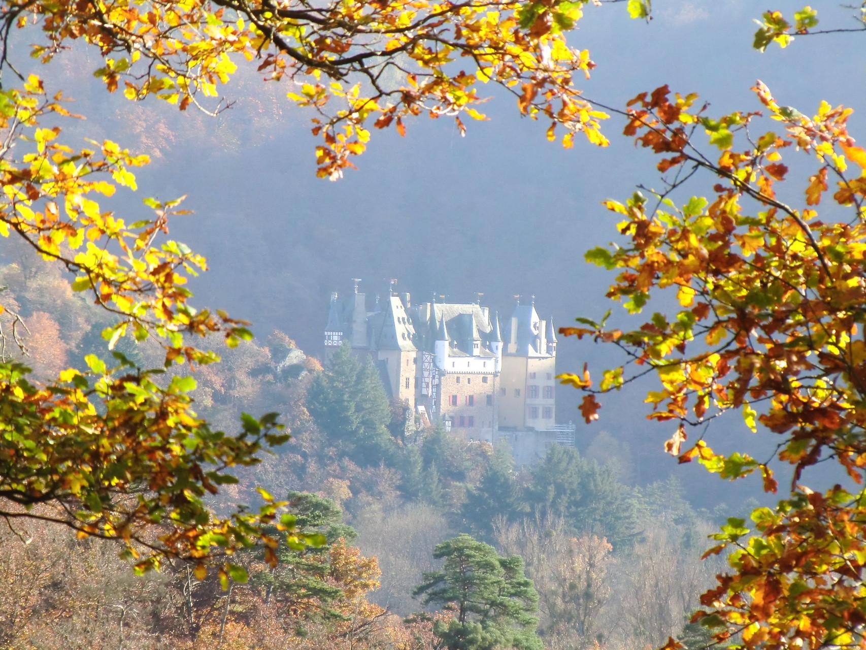 Burg Eltz in herbstlicher Perspektive