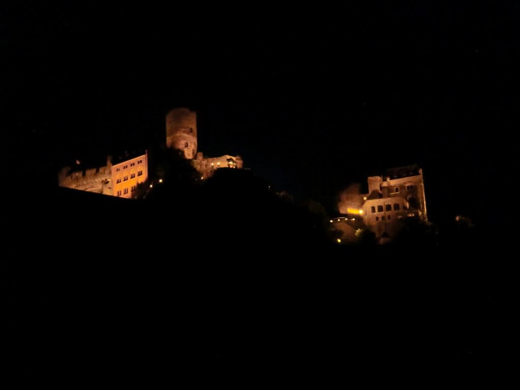 Schönburg nachts beleuchtet