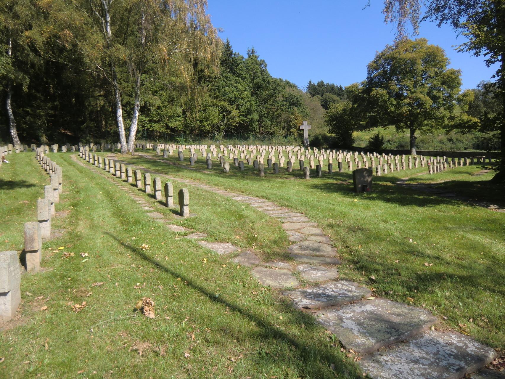 Soldatenfriedhof oberhalb des Ortes