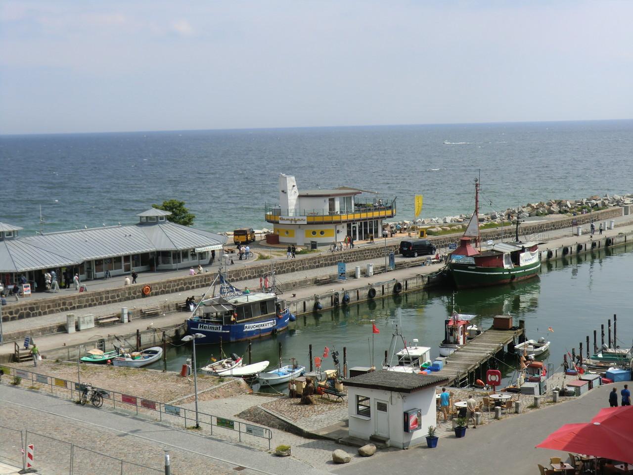 Hafen mit Fischbuden u. Fischkuttern
