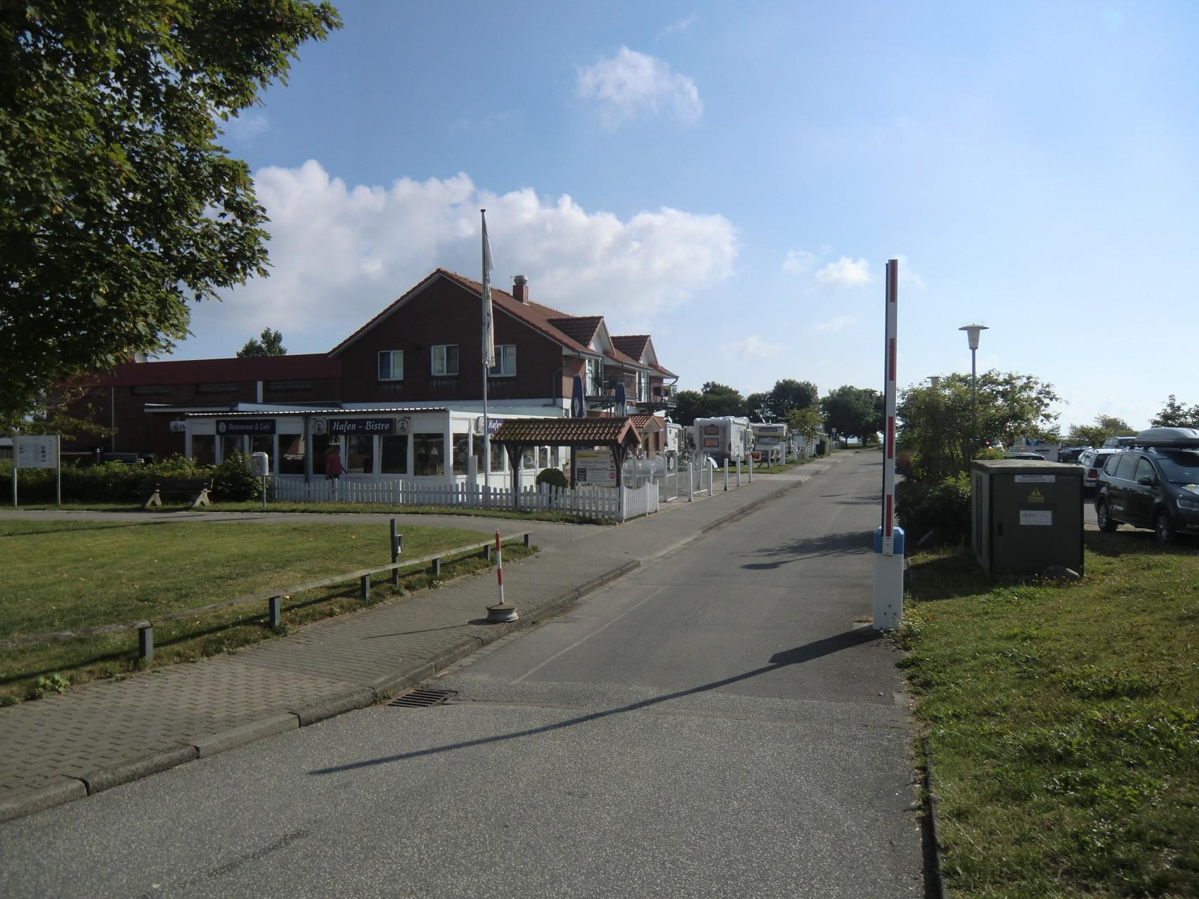 Einfahrt zum Stellplatz Maasholm am Hafen