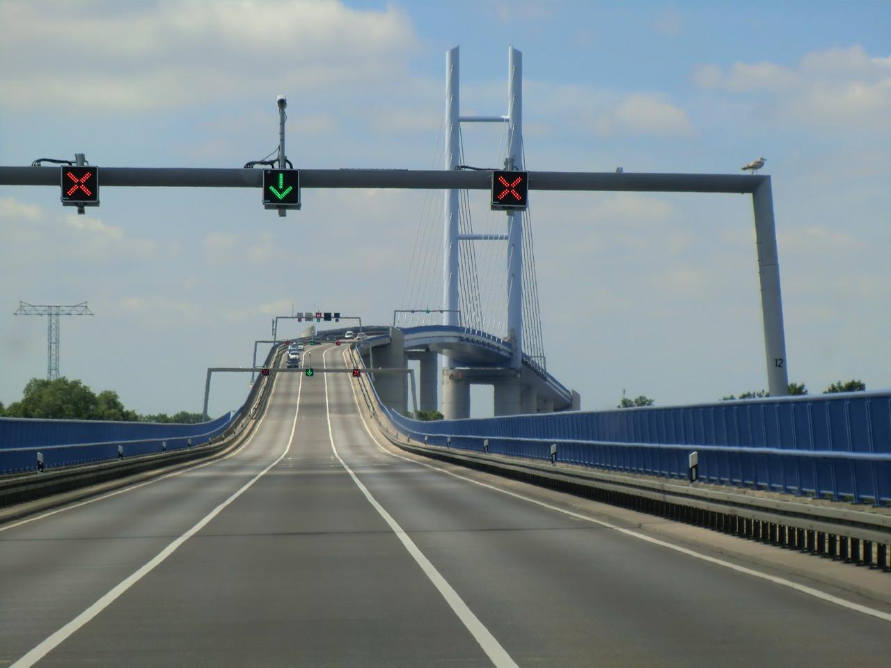 Über die 2830 m lange Rügenbrücke