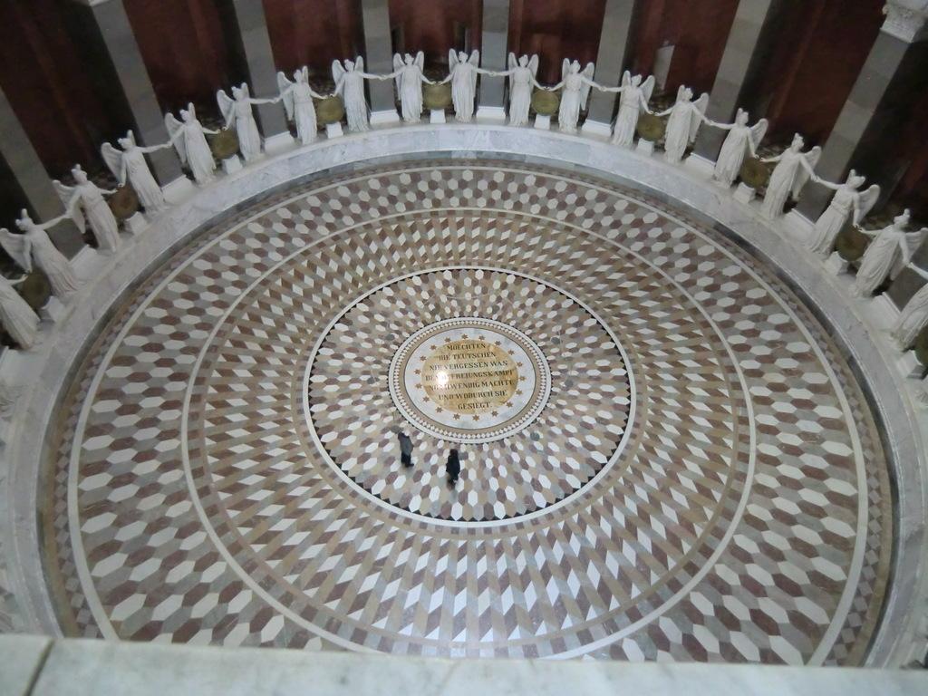 gigantische Figuren und Mosaike