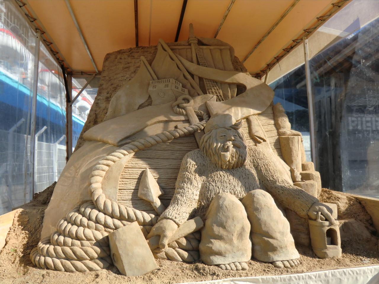 eine der Sandskulpturen im Hafenviertel