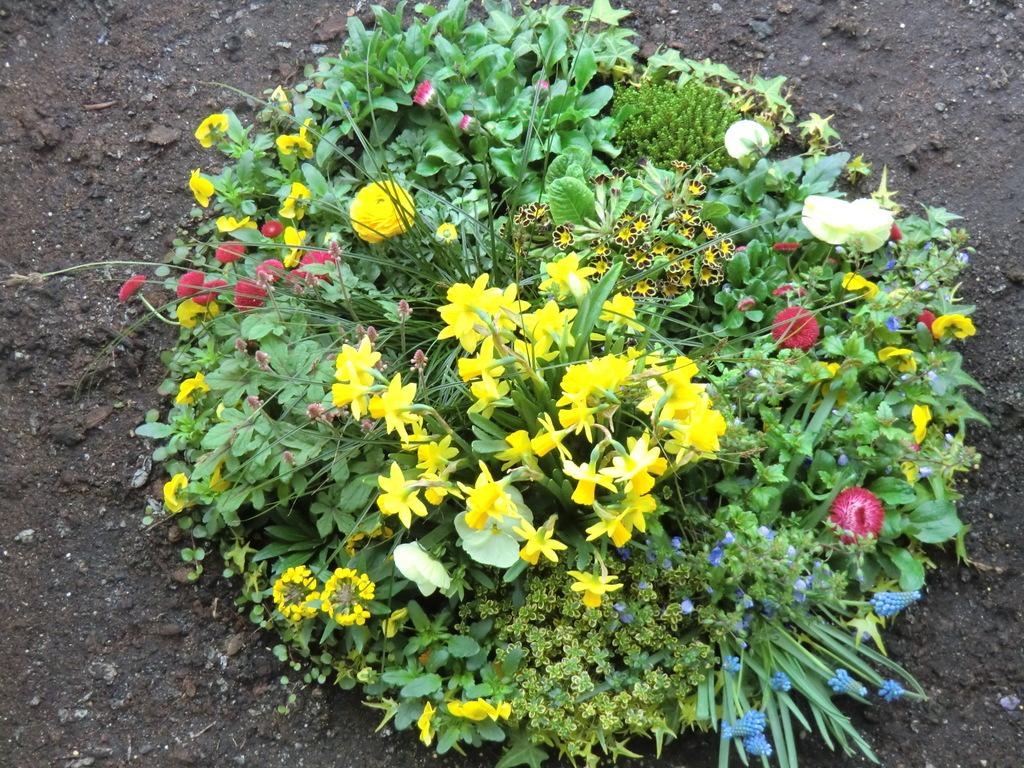 florales Osternest vor der Therme
