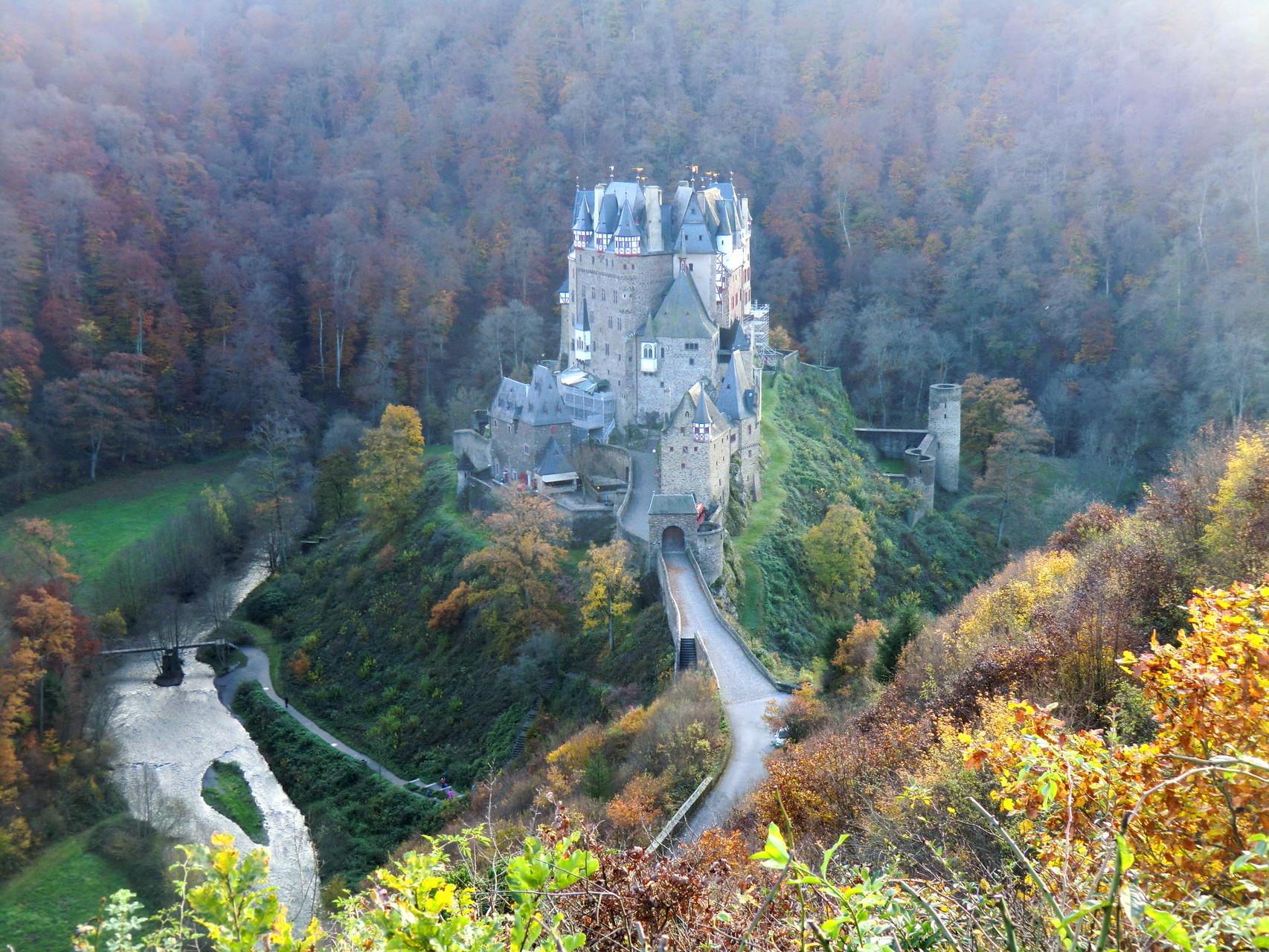 Die Burg Eltz liegt im Tal