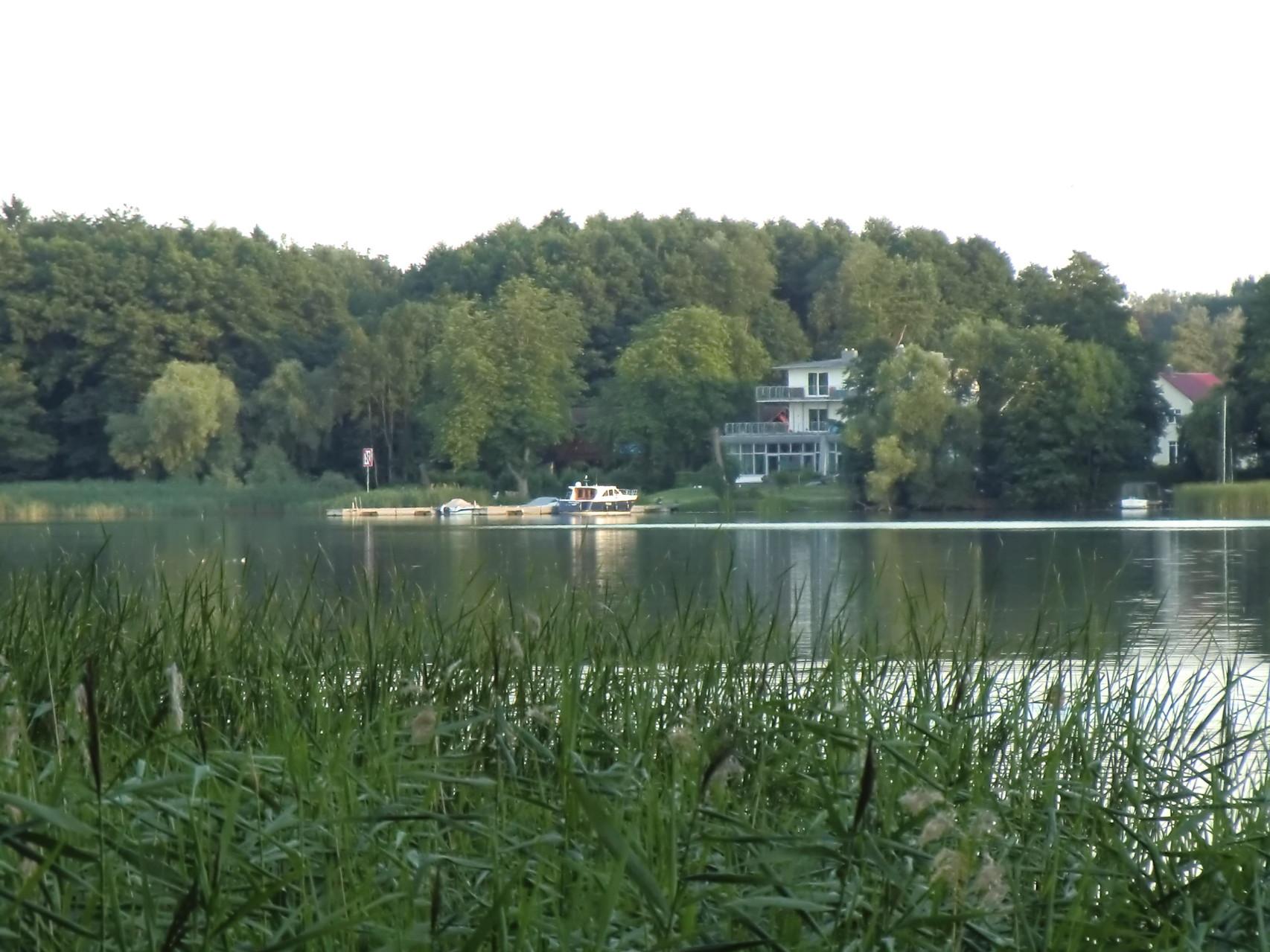Wo das weiße Haus steht, lag unser Boot