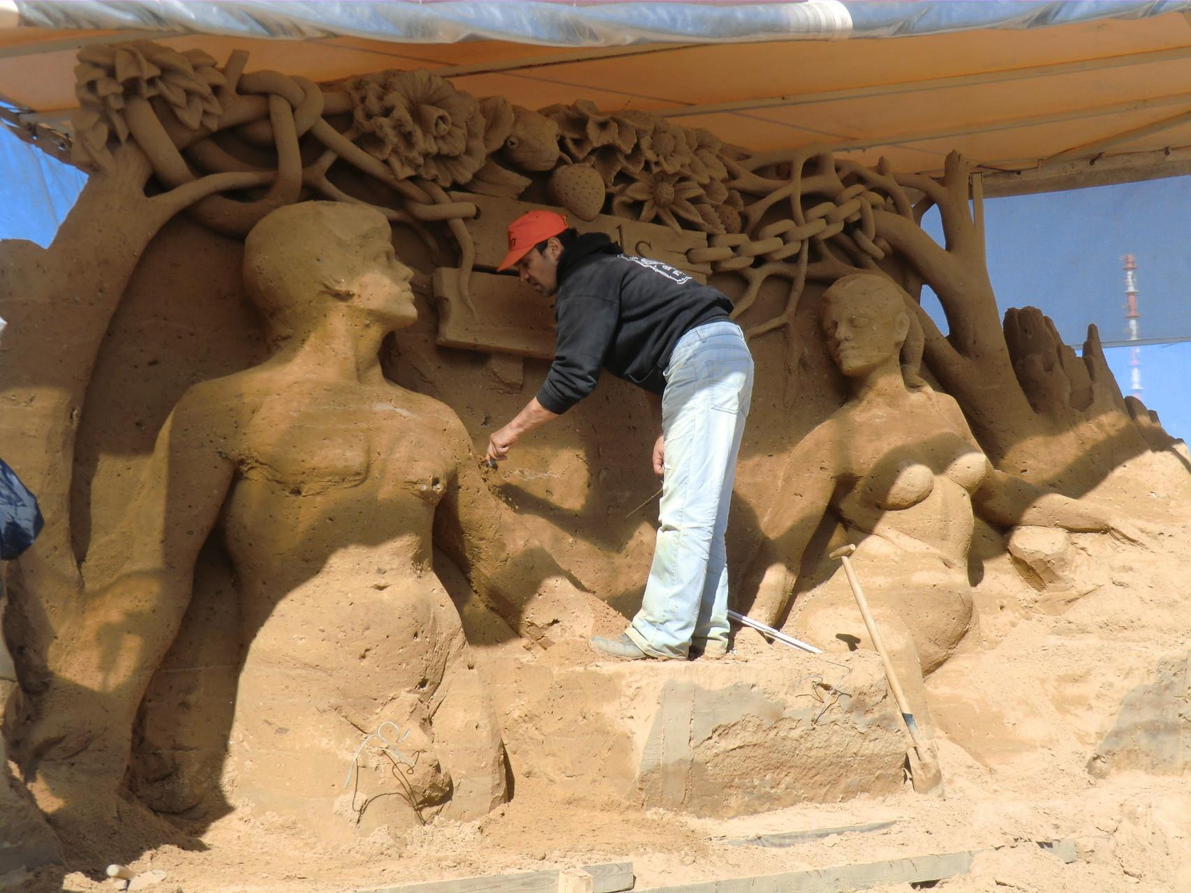 Der Künstler mit seiner Sandskulptur