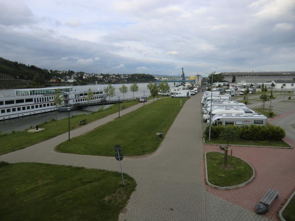 riesiger Stellplatz am Rheinufer