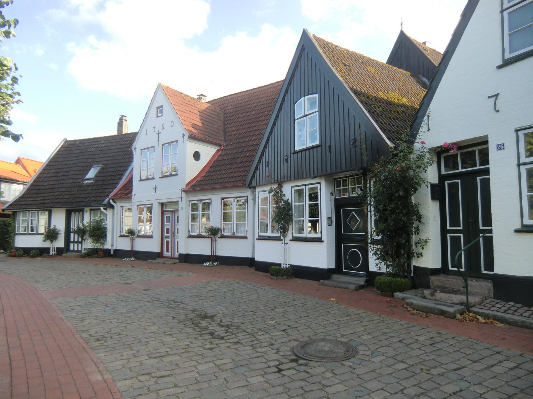 kleine Häuser stehen im Kreis